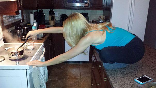 mujer cocinando sentada