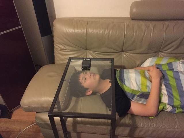 niño viendo celular a través de vidrio