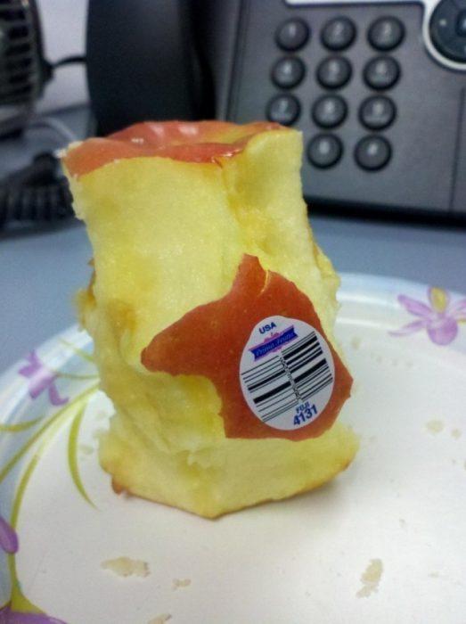 manzana mordida excepto en parte de la etiqueta