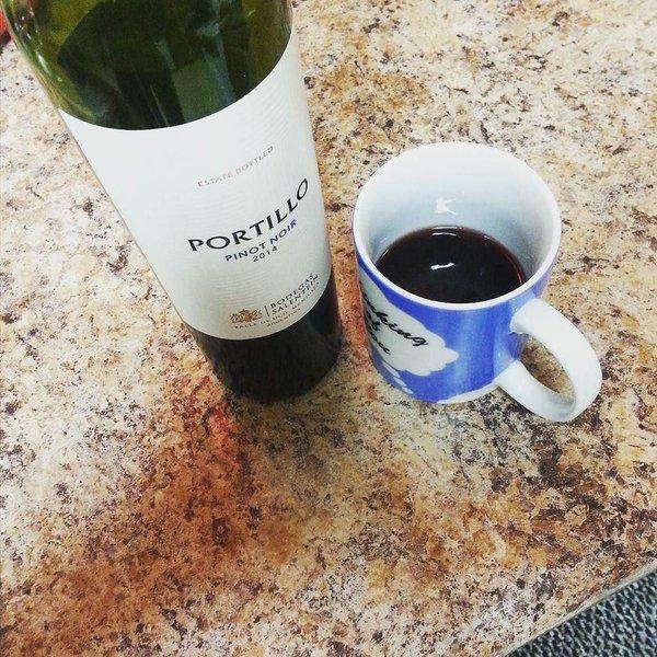 vino tinto servido en taza para café