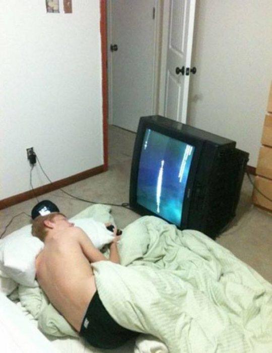 chico con televisión de costado