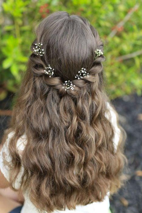 peinado castaño claro de trenza y flores