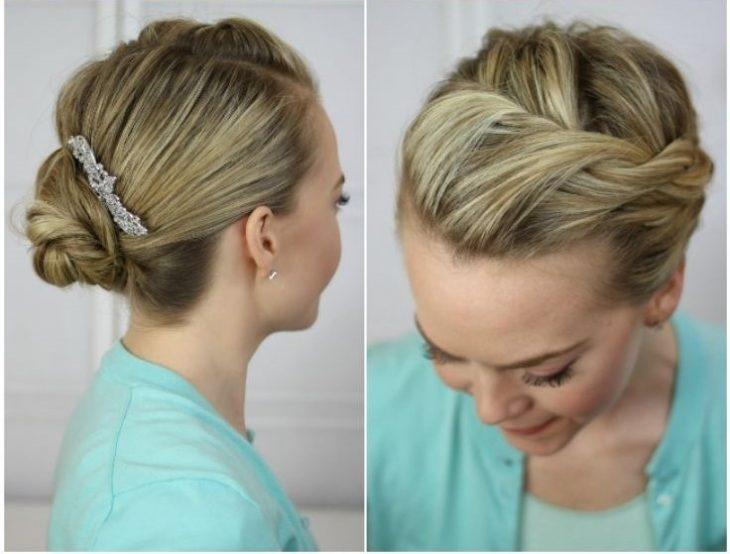 mujer rubia con sueter azul y un peinado recogido