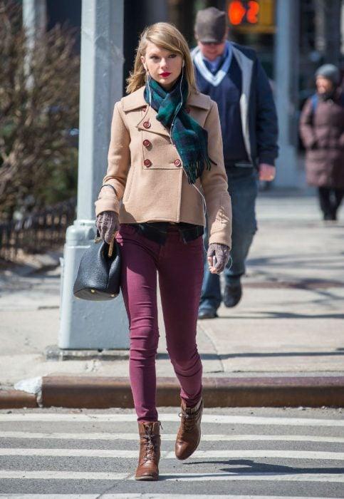 mujer rubia cruzando la calle pantalon vino