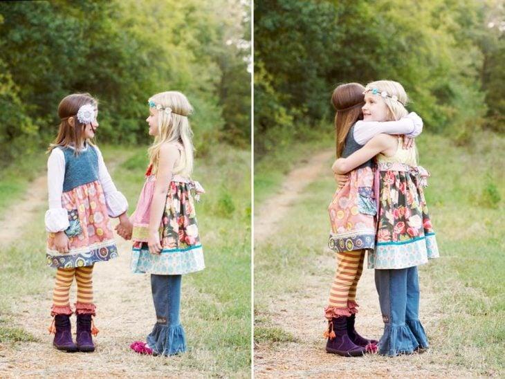 dos niñas en el campo abrazadas