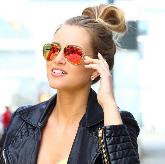 Chica usando unos lentes de sol