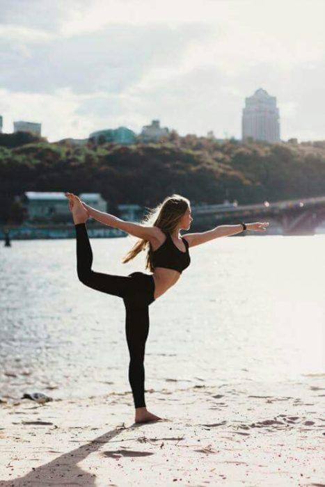 chica haciendo yoga al aire libre