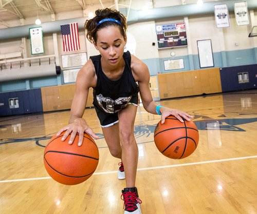 chica jugando basketball