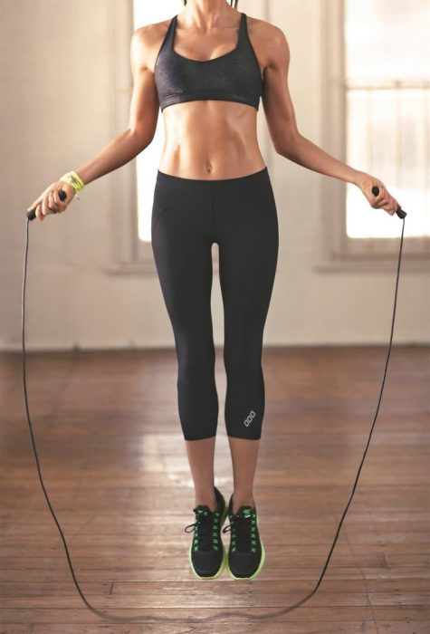 chica saltando la cuerda