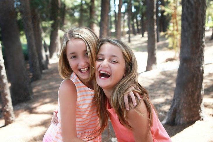 amigas niñas sonriendo felices se abrazan