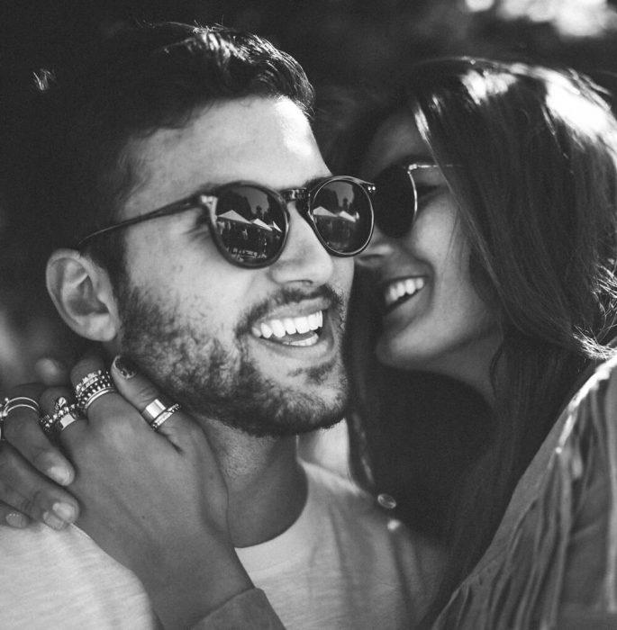 Chica besando a un chico con barba