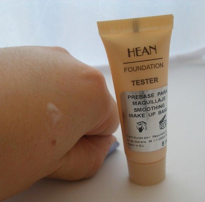 mano con mancha de crema prebase maquillaje hean
