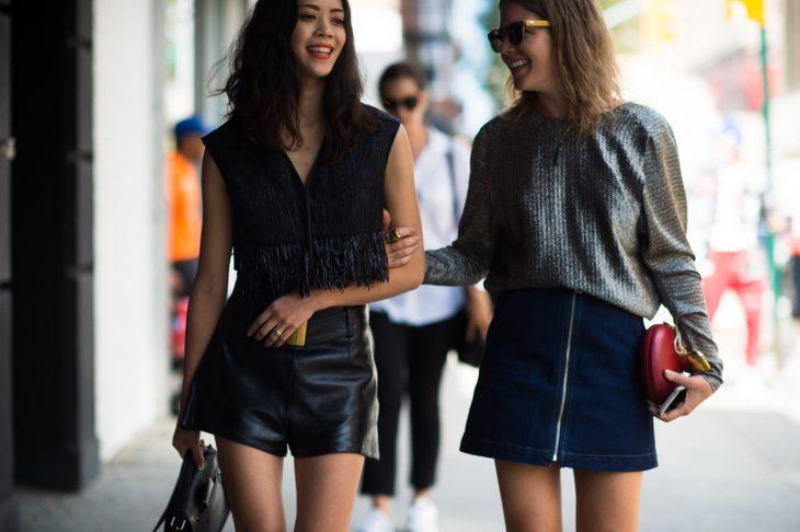 dos mujeres en la calle caminando