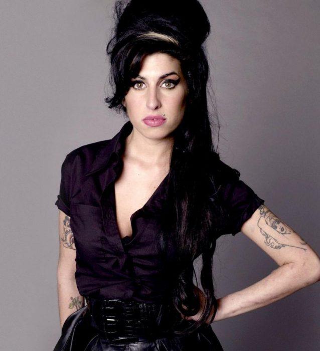 Cantante Amy Winehouse posando para la portada de un disco