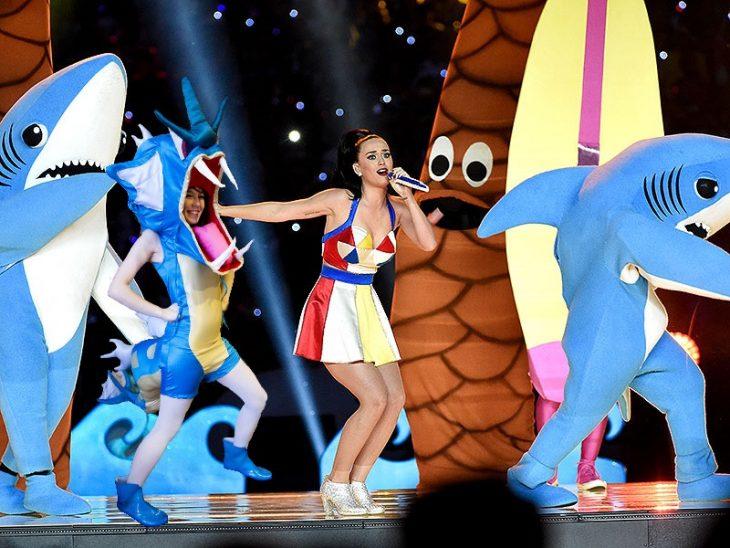 Chica vestida como el pokemon Gyarados bailando con katy perry