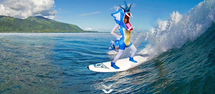 Chica vestida como el pokemon Gyarados surfeando