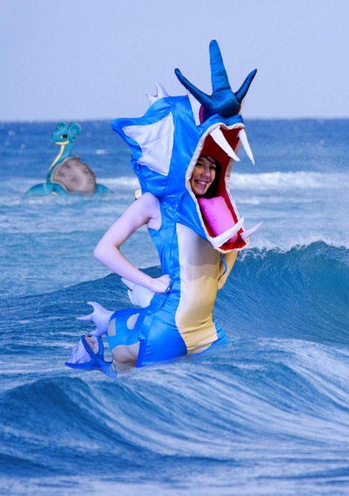 Chica vestida como el pokemon Gyarados en el mar