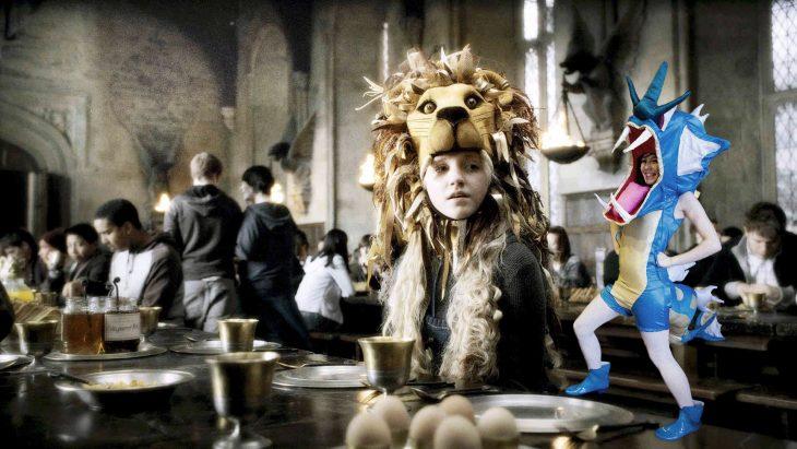 Chica vestida como el pokemon Gyarados junto a luna de Harry potter