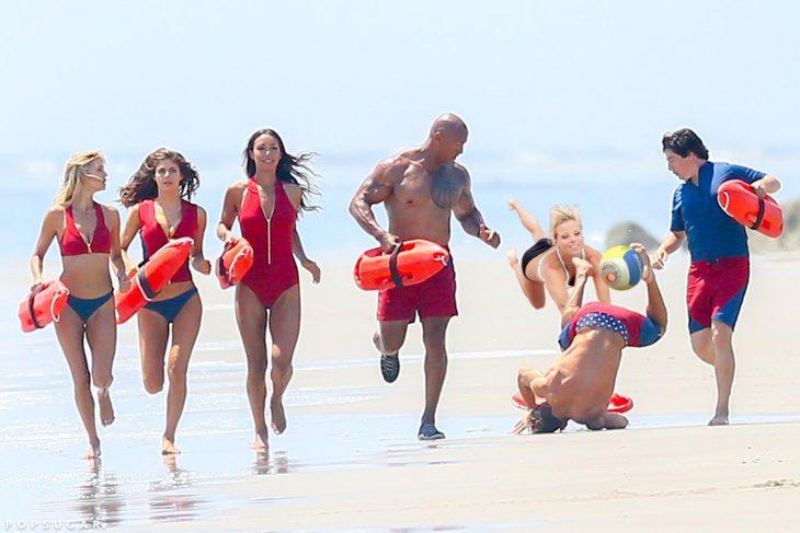 Batalla de photoshop Zac Efron jugando voleibol de playa