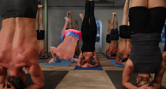 Batalla de photoshop Zac Efron practicando yoga
