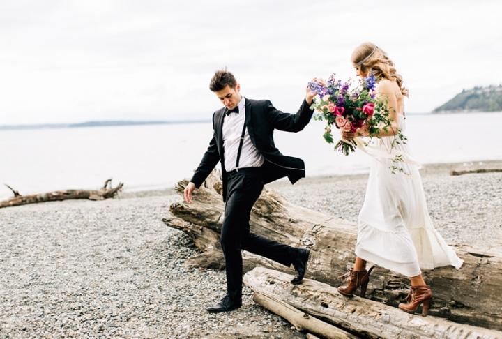 pareja en la playa recien casados