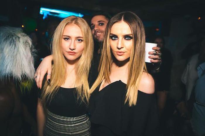 amigas primas rubias en una fiesta