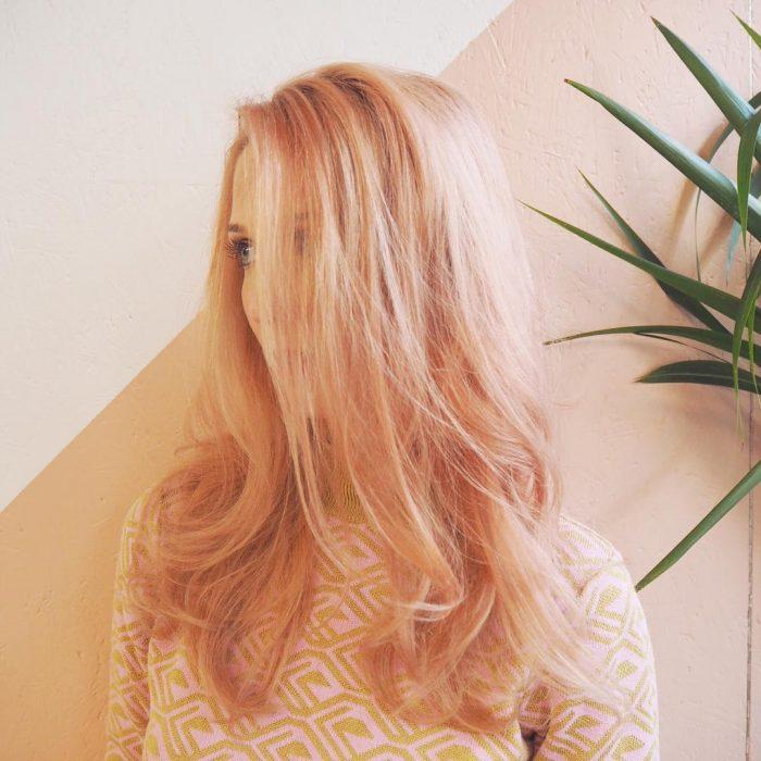 Chica con el cabello en color rosa-dorado