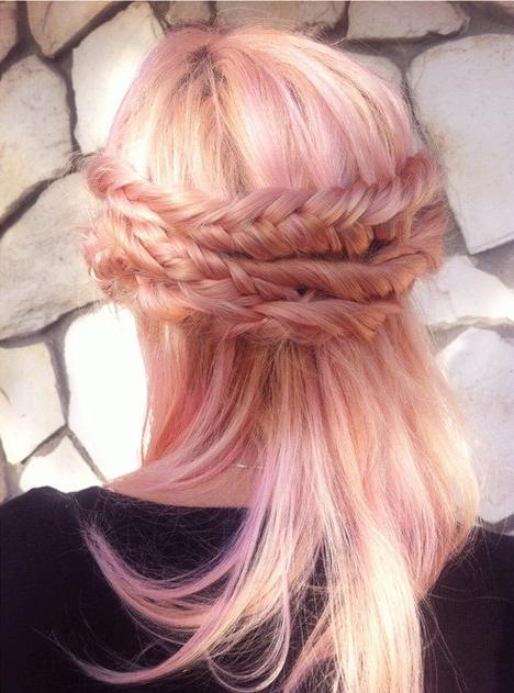 Chica con el cabello en color rosa-dorado con una trenza