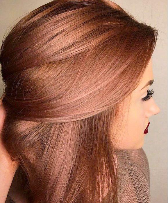 Chica con el cabello rosa-dorado con toques en naranja
