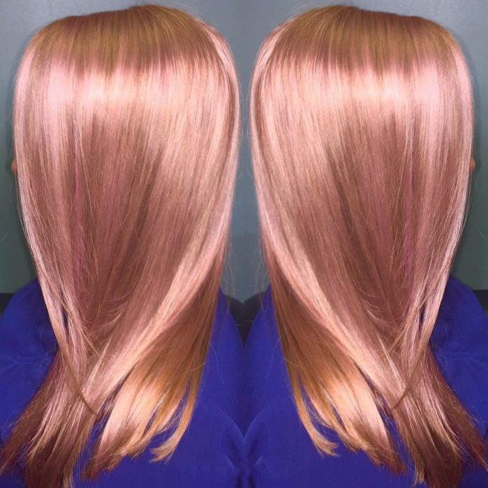 Chica con el cabello rosa-dorado