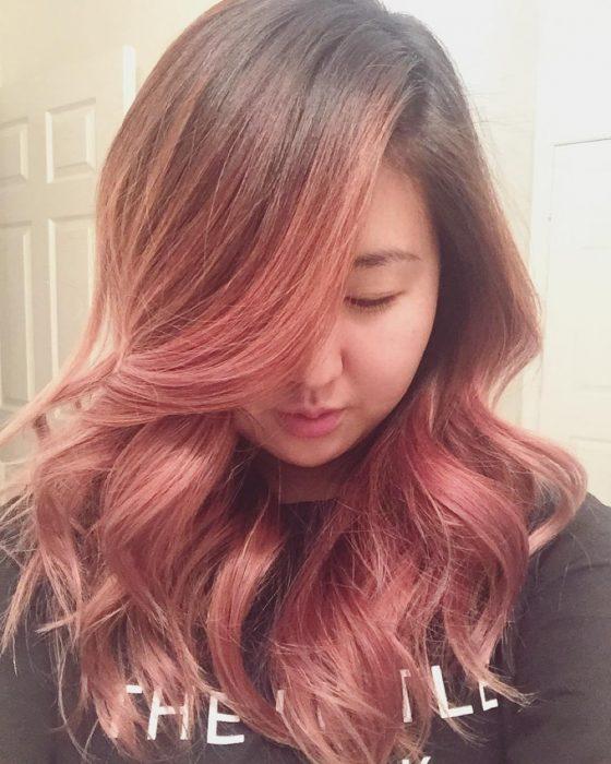 Chica con el cabello color rosa-dorado