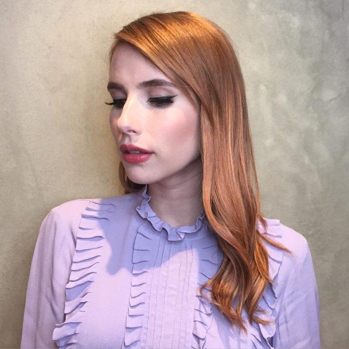 Emma roberts con el cabello pintado en color rosa-dorado con tonos en naranja