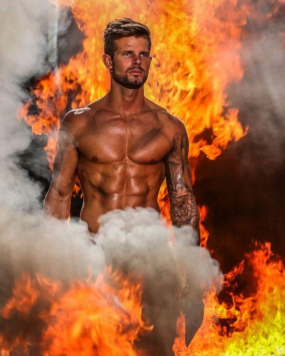 Bombero sexi posando entre llamas