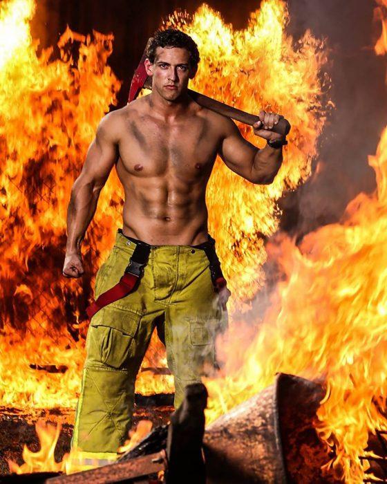 Bombero posando entre llamas