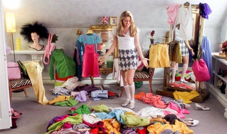 Escena de la película Clueless chica eligiendo ropa