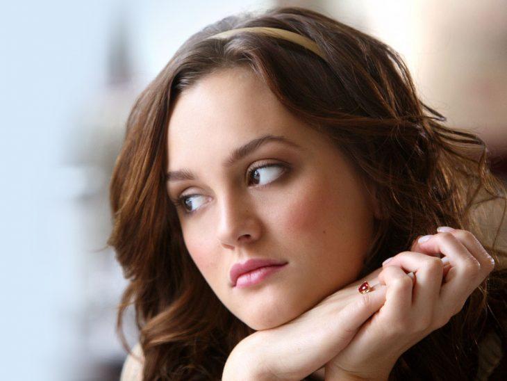 Blair de la serie Gossip Girls pensando