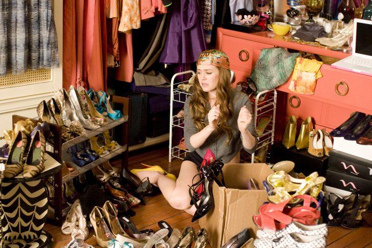 Escena de la película loca por las ocmpras. Chica eligiendo zapatos
