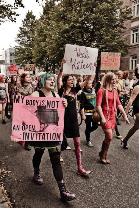 Chicas marchando por sus derechos