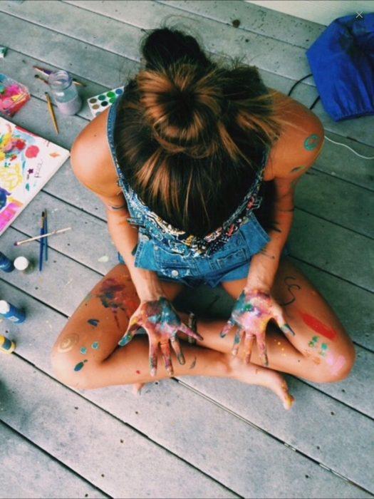 Chica llena de pintura