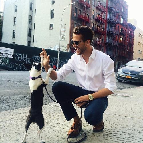 chico elegante paseando a su perro