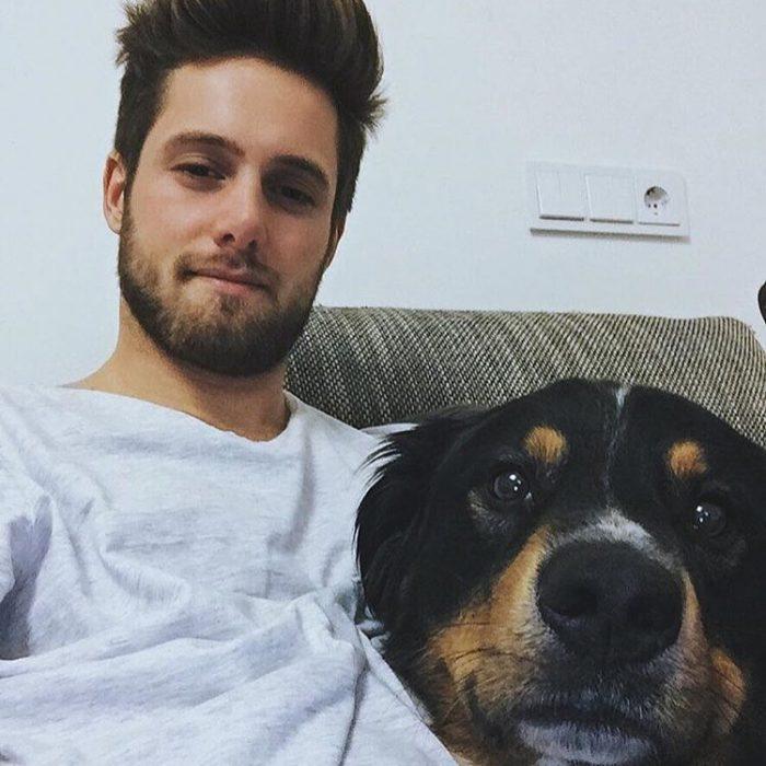 Chico guapo con su perro