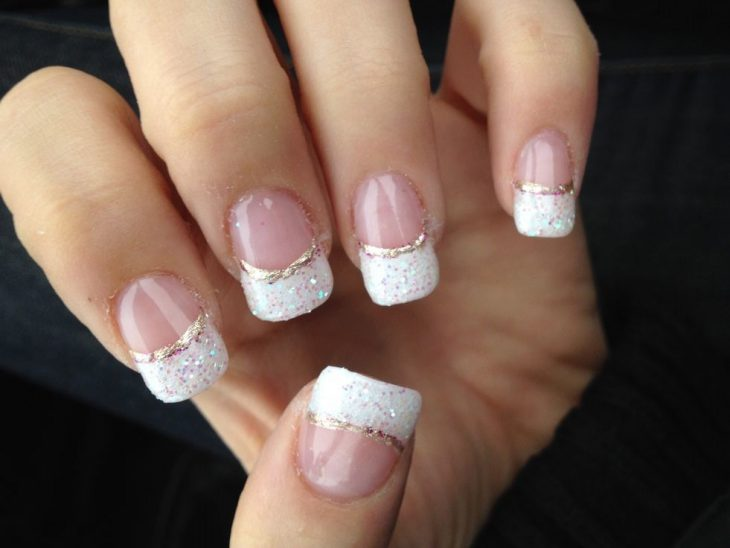 manos con dedos de manicura frances