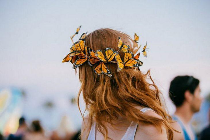 Chica usando una corona de mariposas