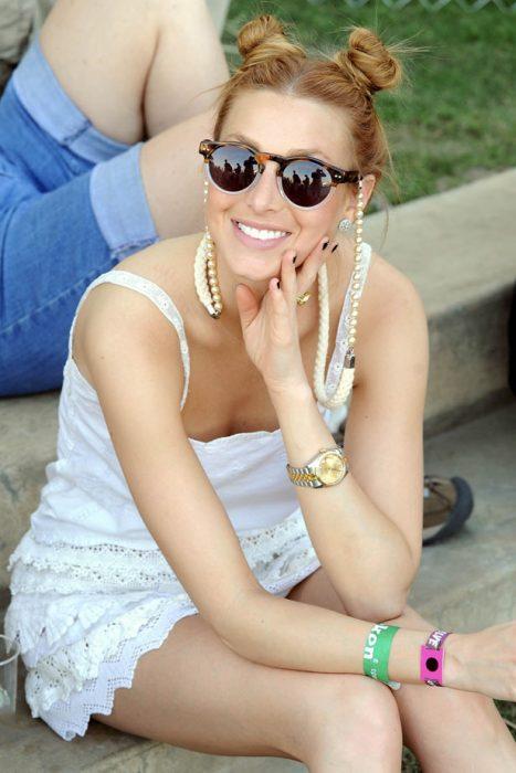 Chica en el festival de coachella usando un doble bun