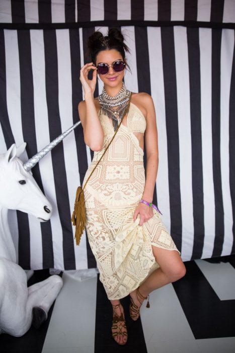 Kendall jenner usando un maxi vestido de encaje en color hueso