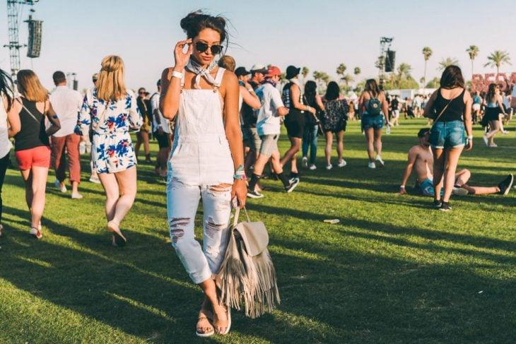 Chica usando un overol en coachella 2016