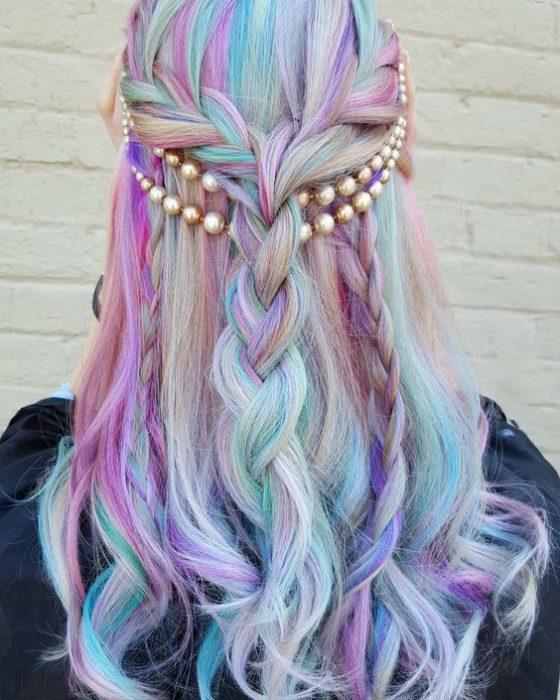 Chica con el cabello de colores en el festival de coachella 2016