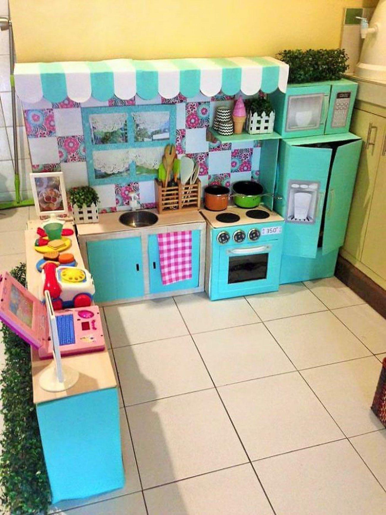 Mamá creó una mini cocina con cajas de cartón recicladas