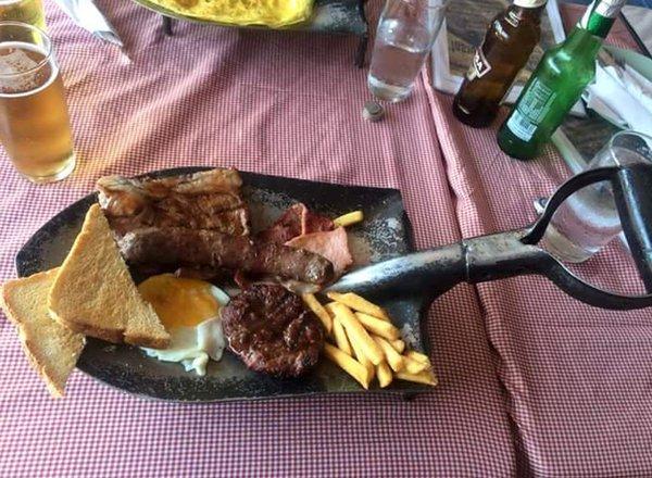Desayuno servido sobre una pala para la construcción