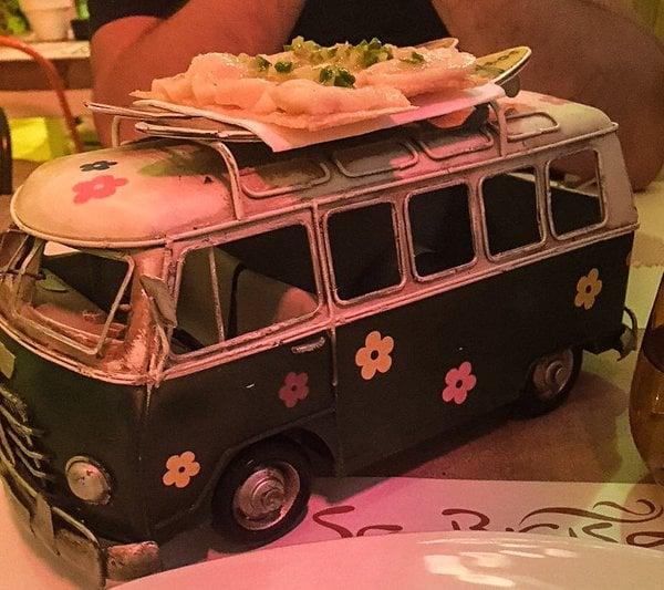 Camarones servidos sobre una mini camioneta